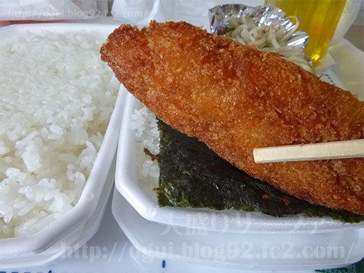 のり弁当の魚フライをいただく052