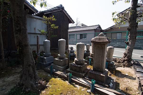 上小田井稲荷社境内裏手の墓地