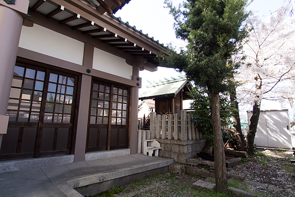 道徳山神社社殿横から