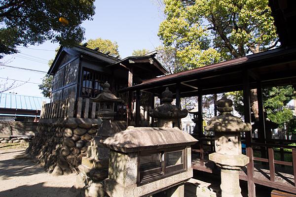 宝生神明社社殿横から
