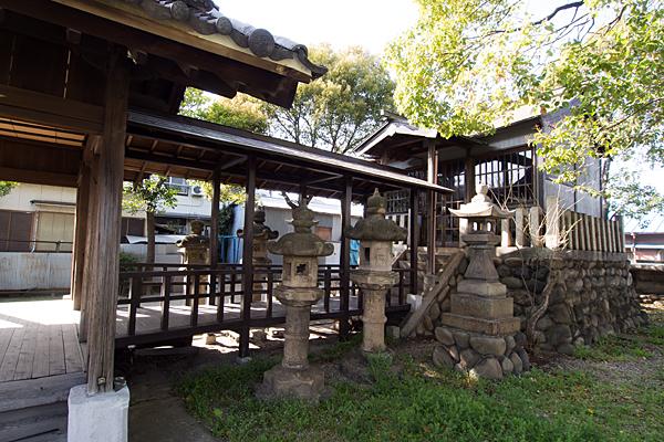 宝生神明社社殿横から2