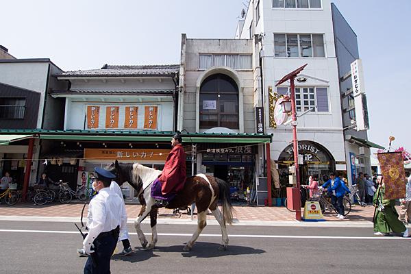 桃花祭神輿が商店街を練り歩く