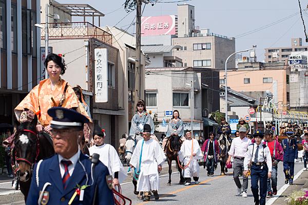 桃花祭神練り歩く