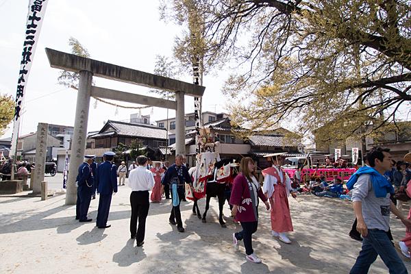 桃花祭富士三社境内に入る