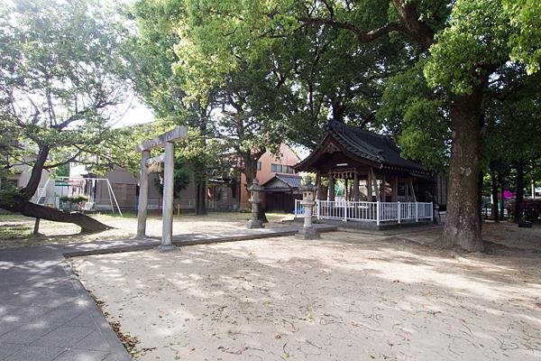 新福寺八幡社入り口境内