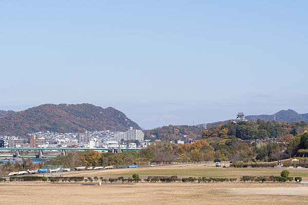犬山城と御嶽山遠望