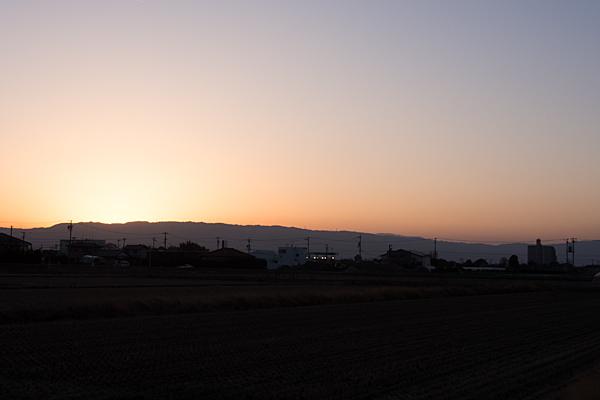 夕景田んぼと山並み