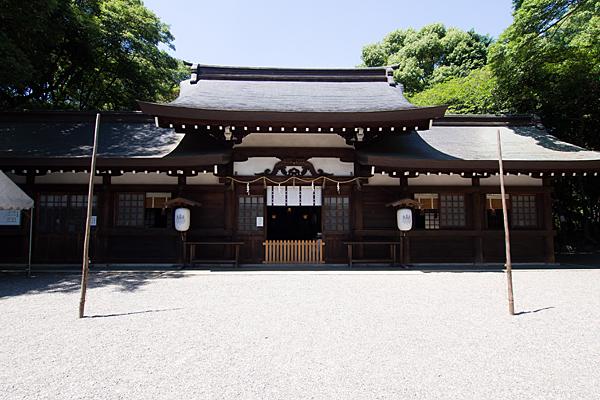 高座結御子神社拝殿前