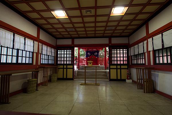 高座結御子神社稲荷社拝殿内