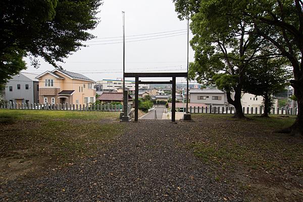 吉根神明社境内から外を見る