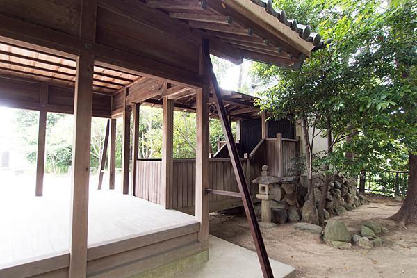 吉根神明社社殿横から