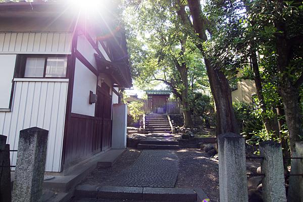 松姤社本社前