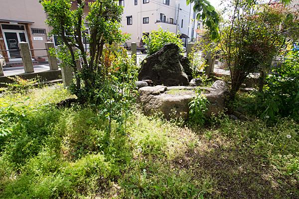 武島天神社手水舎と草木