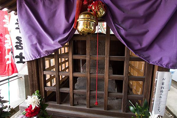 東岸居士の墓碑
