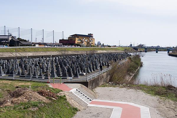 川の中州のお墓