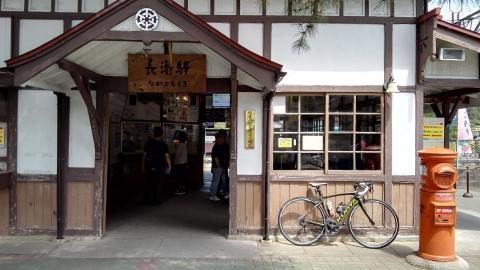 秩父鉄道 長瀞駅。レトロな駅舎にレトロな郵便ポスト。
