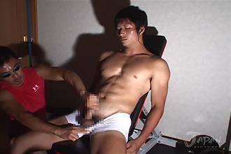 ゲイ動画:ピクっピクっと感じるカワイイ特上体育会 !!