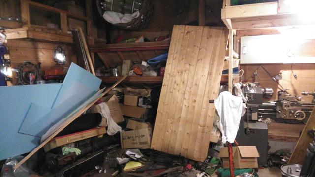 ゴミ屋敷の様な車庫の中