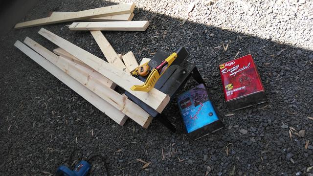 木材を切って