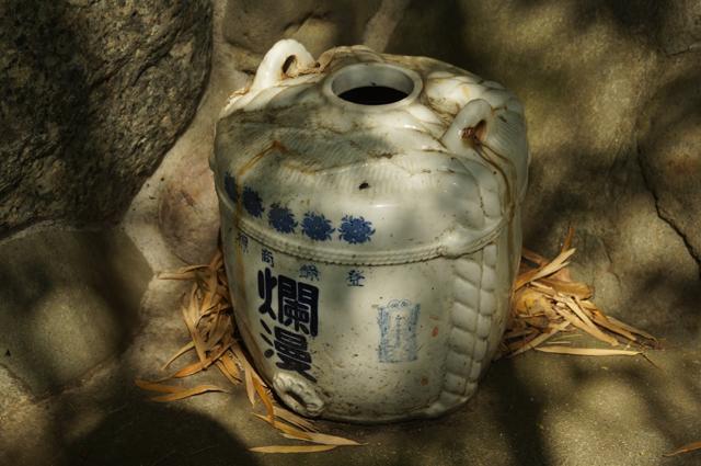 稲荷の前に四斗樽瓶