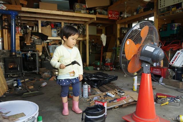 子供が車庫にやってきてノギスを持って遊ぶ