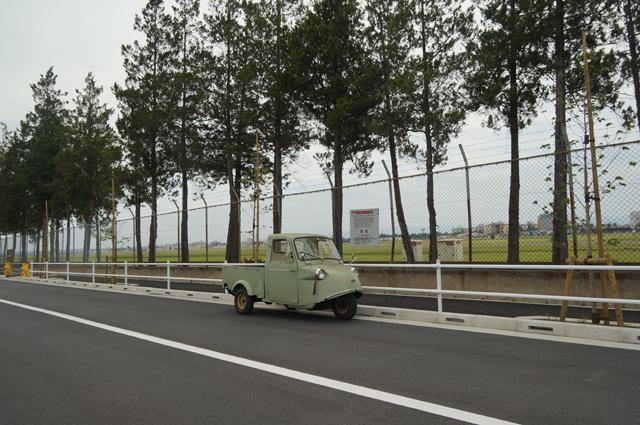 横田基地北側の並木とミゼット