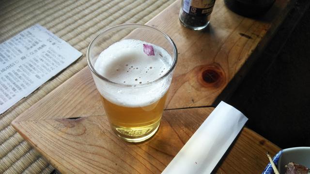 ビールに入った花びら