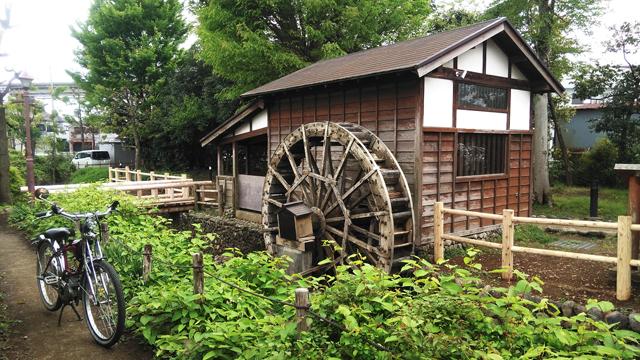 向島用水の水車小屋とモペッド