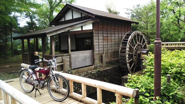 モペッドと水車小屋