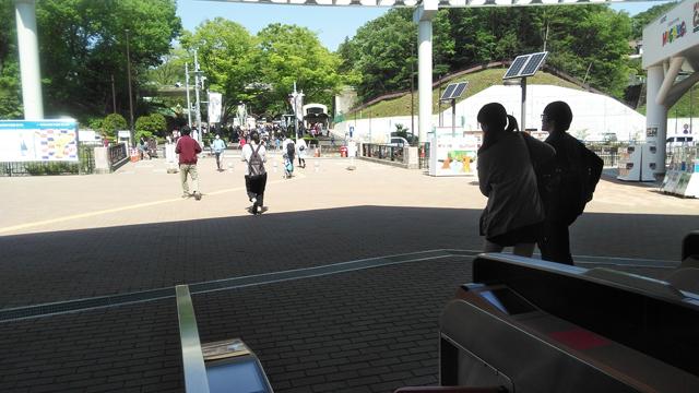 多摩動物公園駅から多摩動物公園を望む