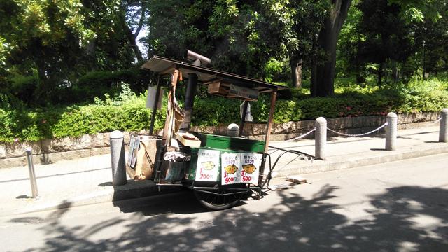 諏訪神社の後ろの諏訪公園に出ていた、焼芋屋台