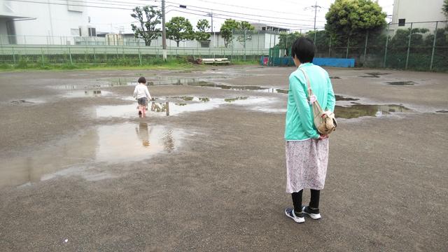 干潟の様になった広場を歩く