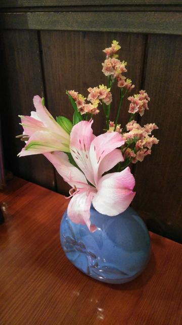 百草 むら岡のテーブルに飾られた花