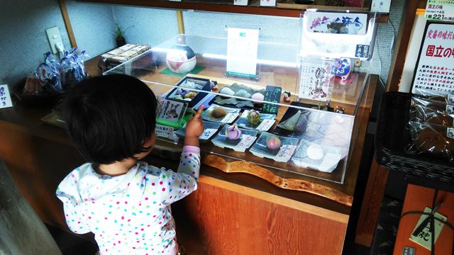一真庵で和菓子を選ぶ