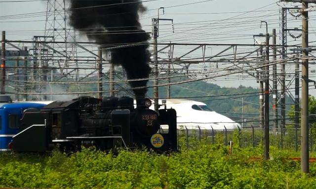 煙を吐くC56と新幹線