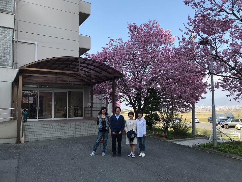 満開の八重桜がお出迎え!