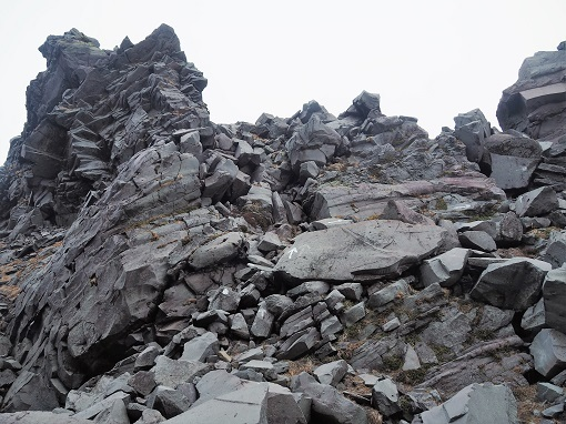 新山の岩場