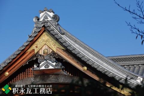 秋の京都の鬼瓦、いぶし瓦屋根-01
