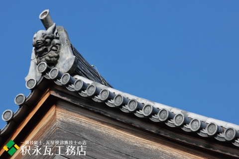 秋の京都の鬼瓦、いぶし瓦屋根-006