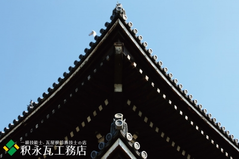 秋の京都の鬼瓦、いぶし瓦屋根-003