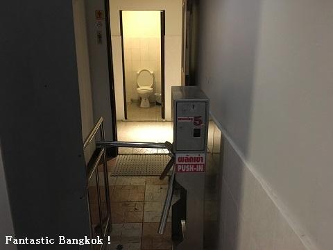 入場ゲート付きトイレ