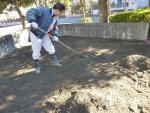砂場の表層を掻き集める。