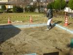 表層の砂をレーキで掻き集める