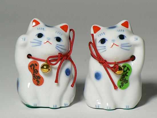 招き猫の上げている前足が右だと「開運」「金運」を招き、左だと「人」を招く?