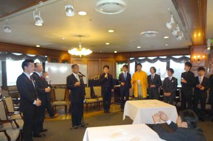 板谷会長の挨拶で茶話会が開会