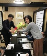 河原校長に花束を贈呈