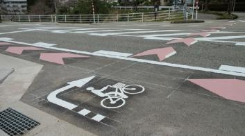 若松へのТ字交差点の通行帯