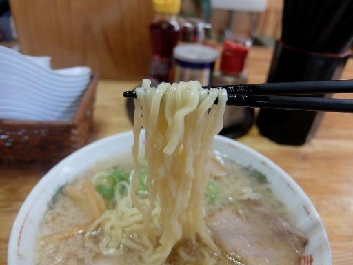 手打ちのやや縮れた中太麺