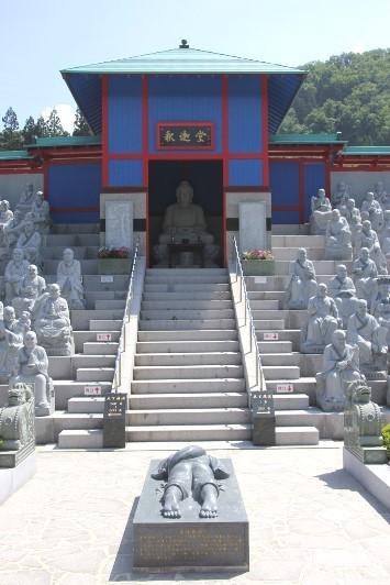 釈迦堂と五体投地