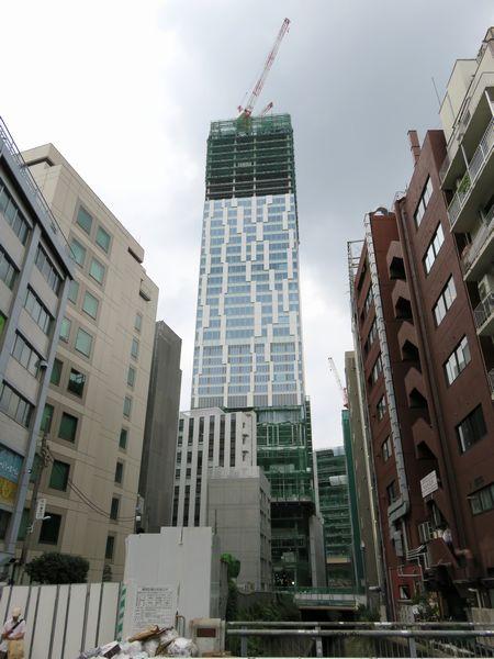 渋谷川の下流から見た建設中の渋谷ストリーム